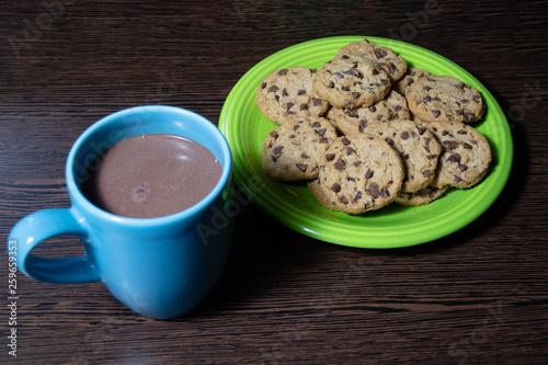 galletita con chips de chocolate y chocolatada © Alekey