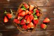 panier et fraises sur fond bois