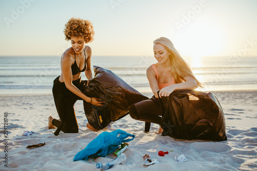 Female volunteers cleaning the beach © Jacob Lund