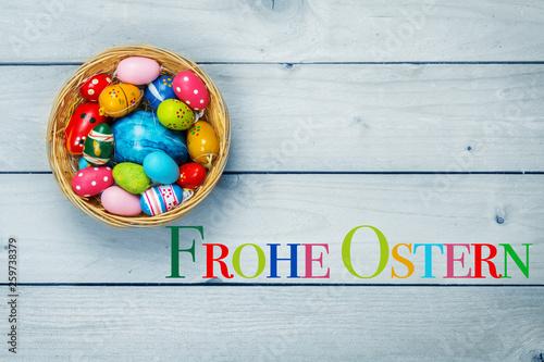 Frohe Ostern, Osterkörbchen, bunte Eier  - 259738379