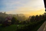 Mglisty poranek po wschodzie słońca w Wołkowyi. Bieszczady, Polska