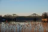 Glienicker Brücke und die Havel mit Schilfrohr
