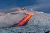 Wulkan Etna - strumienie lawy i eksplozje strombolii z południowego krateru - krajobraz śniegu