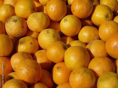 canvas print picture Saftig gelbe Apfelsinen / Orangen auf einem Haufen
