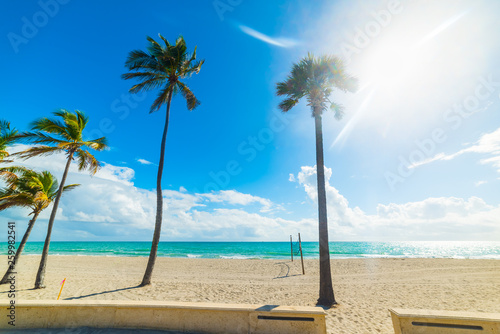 Sun shining over Fort Lauderdale shore - 259982541