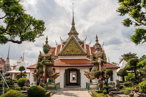 Fototapeten Bangkok A pavilion on the way to the Wat Arun from the pier