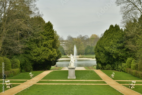 canvas print picture Jardin à la française et la statue en marbre blanc au milieu vers la pièce d'eau du Musée National de l'Afrique Centrale au parc de Tervuren