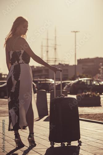 fototapeta na ścianę Fashion model traveling to new city