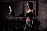 Piękna młoda caucasian kobieta z czarni włosy treningiem w sprawności fizycznej gym
