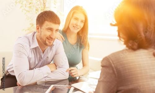 Young couple meeting financial adviser © BillionPhotos.com