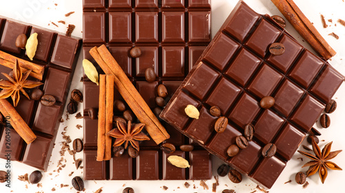 chocolate bar and spices © M.studio