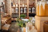 Dozowniki do oleju i octu w zrównoważonym sklepie spożywczym z tworzyw sztucznych