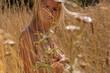canvas print picture - Junge blonde Frau nackt in einem Feld