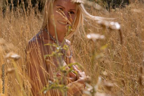 canvas print picture Junge blonde Frau nackt in einem Feld