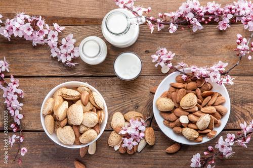 Almendras y leche de almendras sobre base de madera cemital