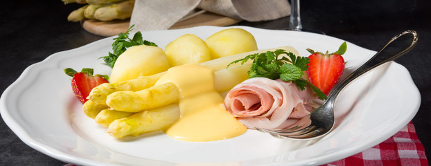 asparagus with light ham and bechamel sauce © Dar1930