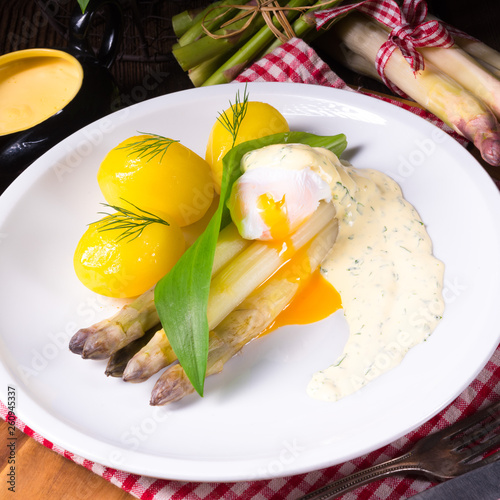 asparagus with poached egg sauce and wild garlic - 260945337