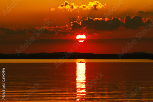 canvas print picture Paddeln durch den Sonnenuntergang