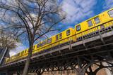 Eine Berliner U - Bahn auf einer Brücke