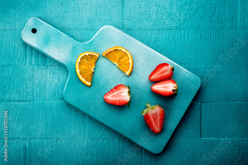 canvas print picture erbeere mit orangen von oben