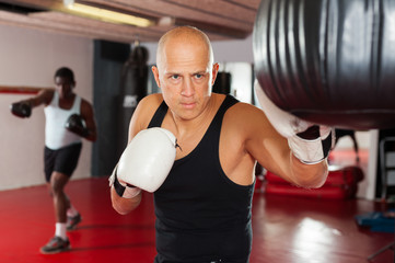 Training of muscular boxers in the gym