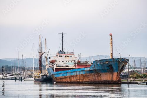 Bateaux dans un port de pêche