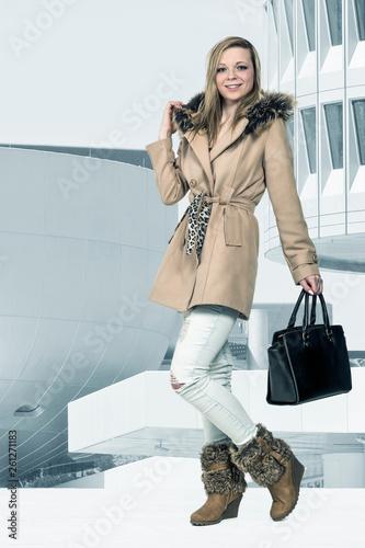 canvas print picture Junge Frau mit modischer Herbstbekleidung