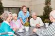 Gruppe Senioren als Freunde im Gespräch