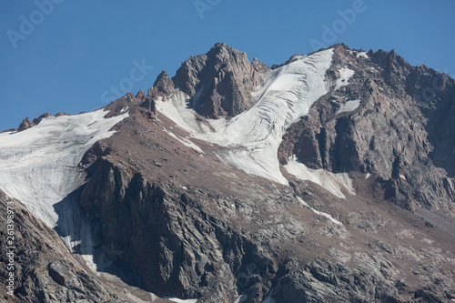 Clear pattern of snow covered stone mountains - 261398973