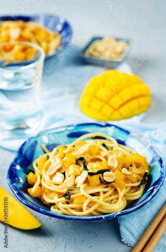 Mango pepper peanut pasta with fresh mango slices - 261551310