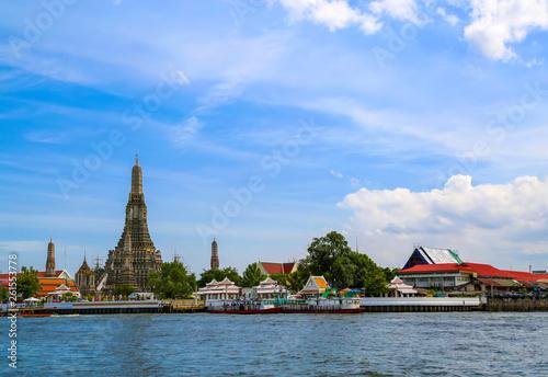 Fototapeten Bangkok Bangkok, Thailand - July 06, 2014. Temple, river, boats.