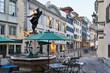 canvas print picture - Zürich Neumarkt, Abenddämmerung, Zürcher Altstadt, Jupiterbrunnen, historische Stätte, alte Häuser und Strassenlampen, Tische, Stühle, Hintergrund Universität Zürich