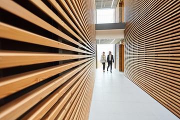 Geschäftsleute gehen durch ein Bürogebäude