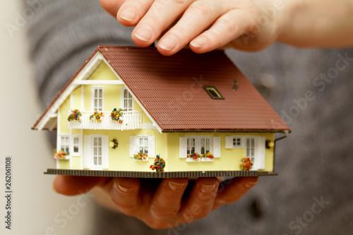 canvas print picture Hände halten ein Haus