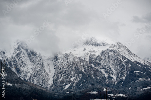 canvas print picture Berg in Wolken verhüllt