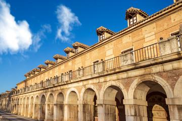 Arcos y soportales en Aranjuez. Madrid. España. Europa.