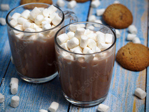 Mugs of hot cocoa with marshmallows and chocolate cookies © назар дармодехин