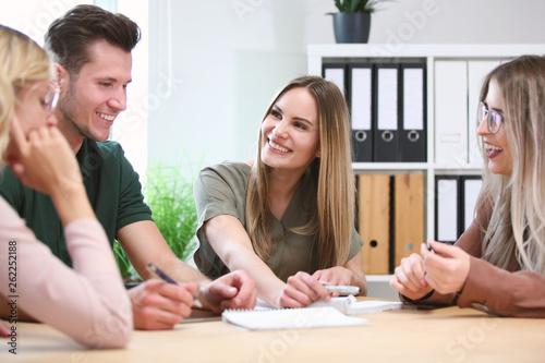 canvas print picture Gruppe junger Leute sitzen in einer Besprechung zusammen