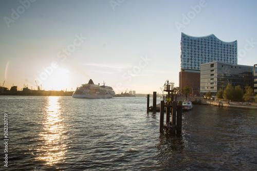 canvas print picture Elbphilharmonie in der Sonne mit Schiff