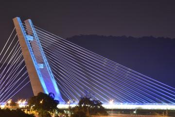 Fotografia noturna da ponte estaiada do Metrô da Barra da Tijuca - Longa Exposição