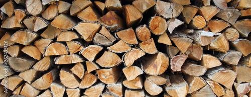 ein Stapel Feuerholz - 262435126