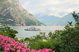 Passagierschiff steuert den Hafen von Limone an, Gardasee Italien