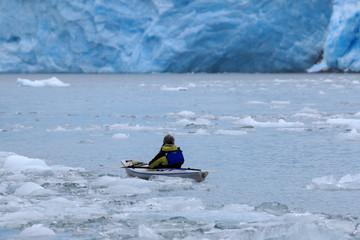 氷河の海でシーカヤックする観光客