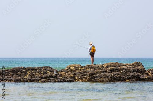 Pêcheur à la ligne sur un rocher © Jean-Paul Comparin