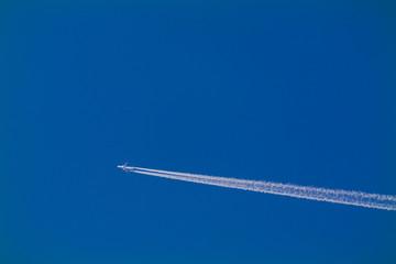 Flugzeug mit Kondensstreifen