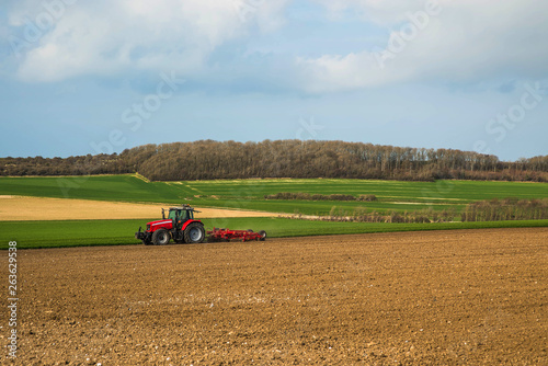 agriculteur labourant les champs © Image'in