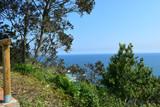 Vue mer depuis cette colline surplombant l'océan, les vagues, l'écume