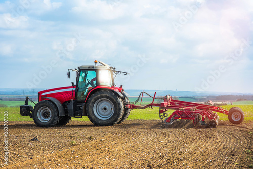 agriculteur labourant ses champs © Image'in
