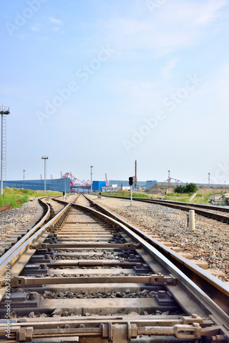 The track to wharf oil refinery © 一飞 黄