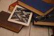 ebook reader nuova tecnologia per leggere e vecchi libri sul tavolo - 263740977